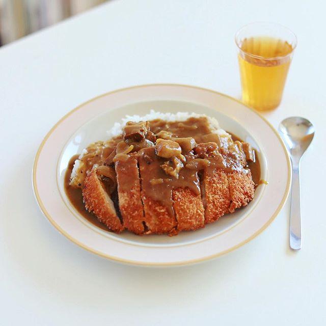 今日のお昼ご飯はザ・カツカレー。うまい! (Instagram)
