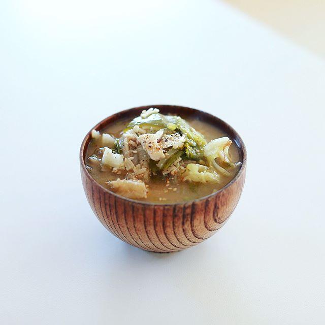 今日のお昼ご飯は具だくさん過ぎた豚汁。黒胡椒をガリガリして完成。うまい! (Instagram)