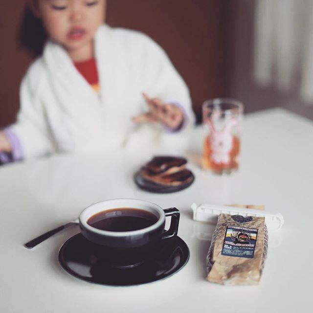 グッドモーニングコーヒー&バナナホットケーキ焦げ気味。『わぁ、これすきなんだぁ〜』が出ました。今日の豆はお初になります大阪のヒロコーヒーのケニア。うまい! (Instagram)