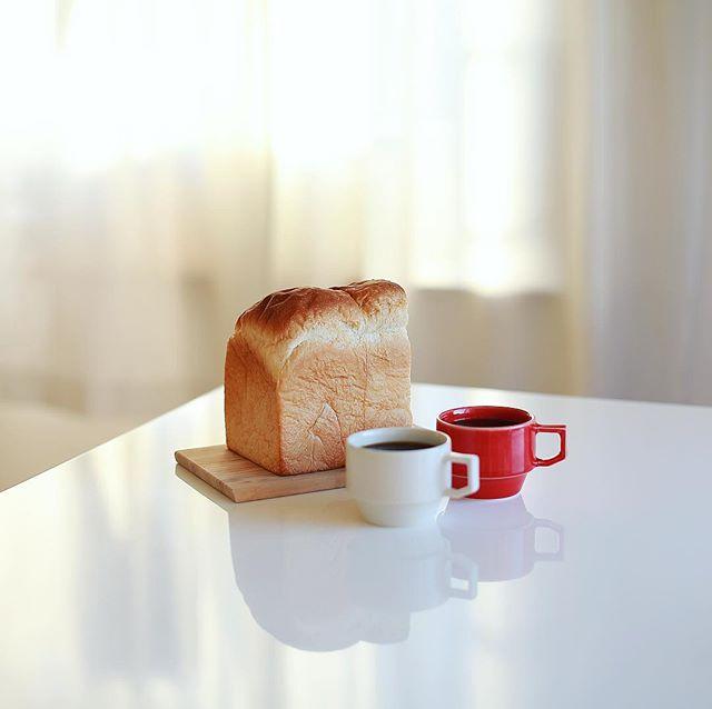 フルールドゥリュクスのパンドミでグッドモーニングコーヒー。朝焼けが綺麗な朝。うまい! (Instagram)