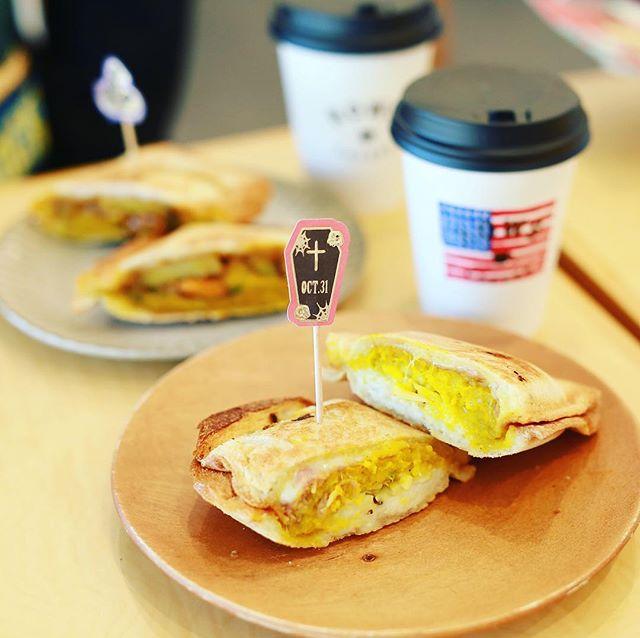 軒先の八百屋×旅料理人みかん@ROWS COFFEEにハロウィンホットサンドを食べに来たよ。かぼちゃのクロックムッシュ、ピーナツバターと珈琲プラリネのパンプキン&ポテトサンド。うまい!#オニマガ名古屋散歩 #オニマガ円頓寺散歩 (Instagram)