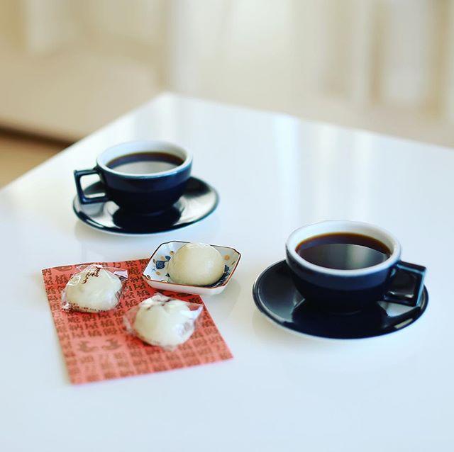 大須の納屋橋饅頭万松庵で朝イチで買って来た、できたてホカホカ納屋橋まんじゅうでグッドモーニングコーヒー。早朝サービスでおまけにもう1個もらえた!うまい! (Instagram)
