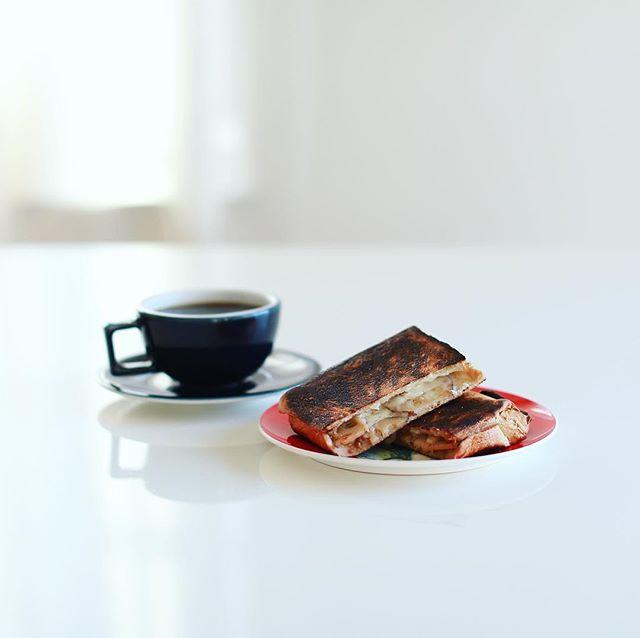 きんぴら蓮根とチーズの柚子ごま風味ホットサンドでグッドモーニングコーヒー。めちゃんこうまい! (Instagram)