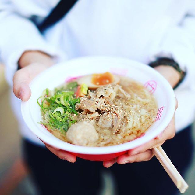 矢場公園でやってるラーメン女子博2017in名古屋にラーメン食べに来たよ。1杯目はセアブラノ神のセアブラノ肉盛り味噌ラーメン。2杯目は黄金の塩らぁ麺ドゥエイタリアンのらぁ麺フロマージュ、3杯目は博多ラーメン池めん×麺や厨の博多濃厚とんこつラーメン。うまい!#オニマガ名古屋散歩 ...#ラーメン女子博 #ラーメン女子博2017 (Instagram)