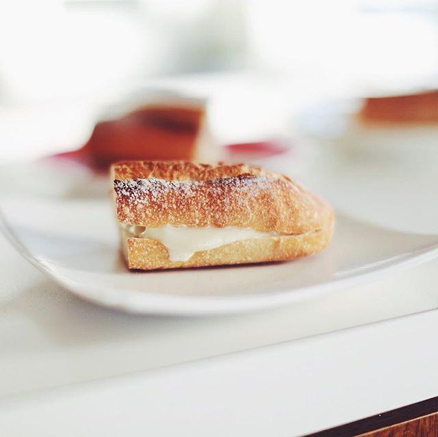 レキップドコガネイのバゲットでホットチーズサンド。グッドモーニング。うまい! (Instagram)