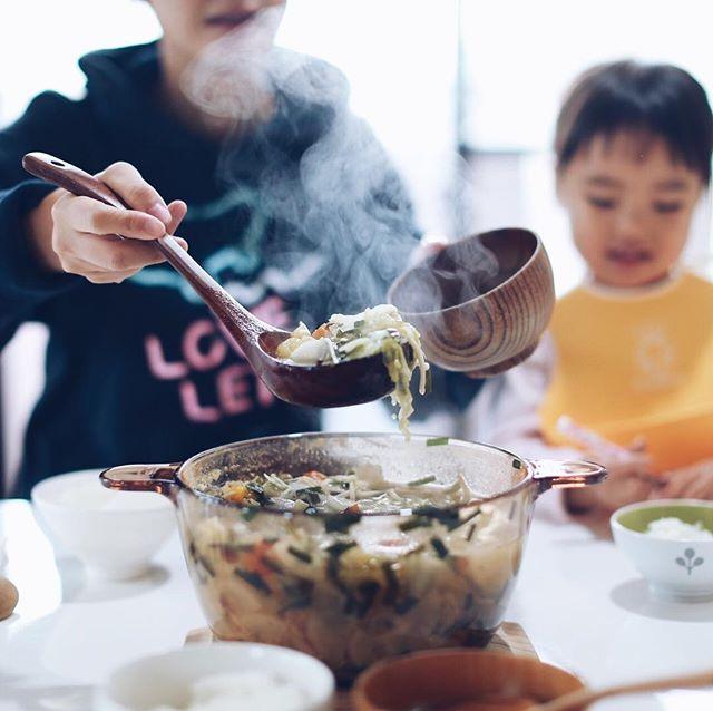 今日のお昼ご飯は、キノコとトマトと野菜モリモリの具だくさんチキンスープ。うまい! (Instagram)