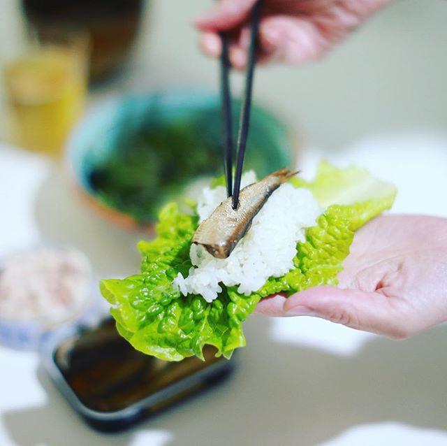 今日の夜ご飯は、オイルサーディンとツナマヨと韓国風サラダのチシャバ巻きごはん。缶詰を並べただけの超絶手抜きでありますが、うまい! (Instagram)