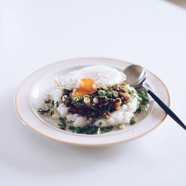 今日のお昼ご飯は、サバの味噌煮と大根葉の和風ドライカレー。鯖缶使って10分でできる超手抜きカレーだけど、うまい! (Instagram)