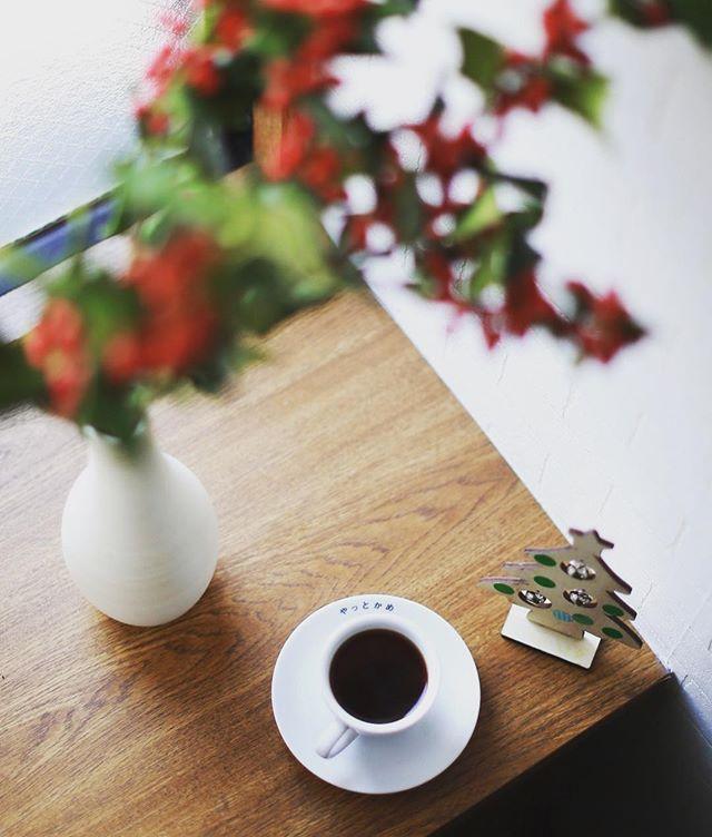 我が子がなんらかの催しで作ってきた鈴のツリーと柊を飾ったら玄関がちょっとクリスマスっぽくなって楽しい朝。グッドモーニングコーヒー。うまい! (Instagram)