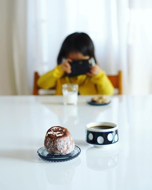 たちばな大木戸ひなた市で買ってきたkougeのクグロフ(ティラミス)とコーヒーでおやつタイム。そして子供と写真の撮り合い。うまい! (Instagram)
