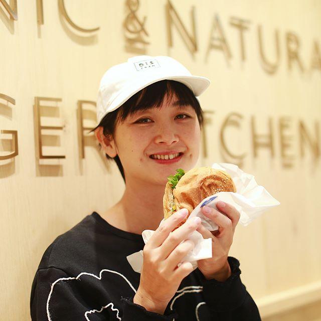 栄ラシックに今日オープンしたORGANIC & NATURAL BURGER KITCHENにハンバーガー食べに来たよ。食後のデザートはジェラート(フレッシュミルクとピスタチオのダブルにキャラメルバタースカッチ&アールグレイレモンチョコレート&NYチーズケーキのおまけ付き)。うまい!#オニマガ名古屋散歩 #オニマガ栄散歩 (Instagram)