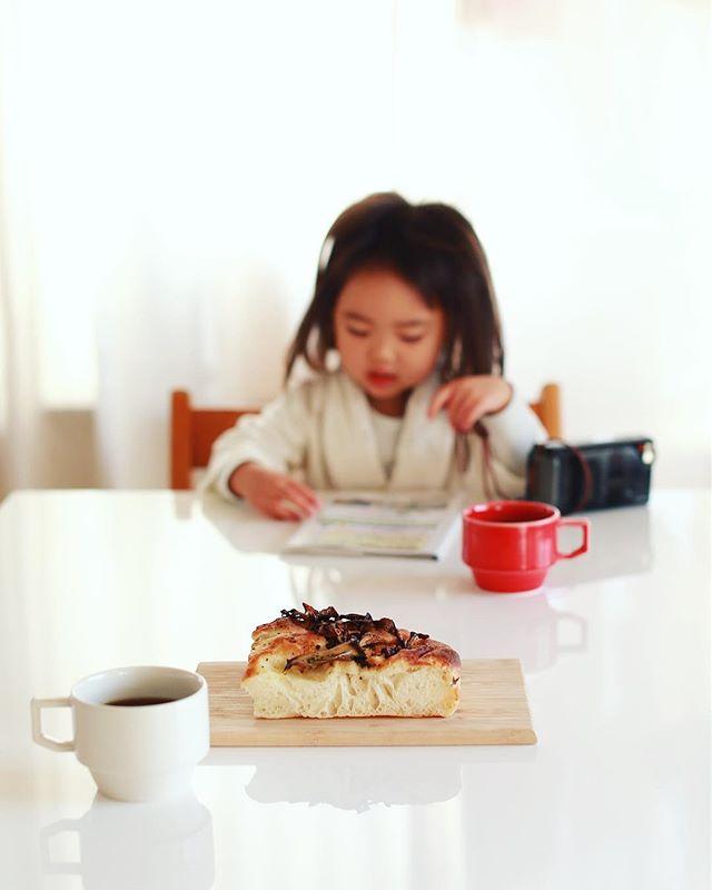 Kougeの舞茸フォカッチャでグッドモーニングコーヒー。ひなた市のお土産。うまい!#たちばな大木戸ひなた市 #ひなた市 #kouge (Instagram)