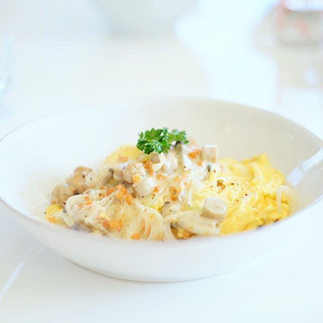 今日のお昼ご飯はホワイトソースのふわとろオムライス。kitoisixのやつ。うまい! (Instagram)
