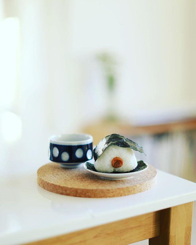 梅干しおにぎりで朝ごはん。うまい! (Instagram)