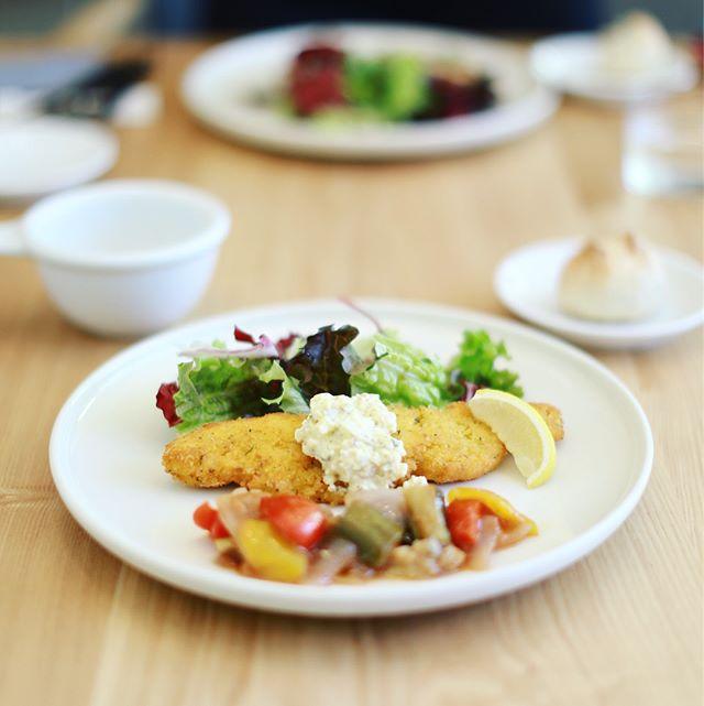 ダブルトールカフェにランチしに来たよ。温かなレア仕立てのサーモン香草パン粉焼きラタトゥイユ添え&デザートにガトーショコラとティーエスプレッソラテ。うまい!#doubletallcafenagoya (Instagram)