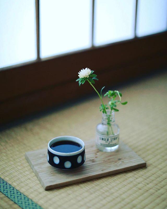 和室からグッドモーニングコーヒー。小雨の朝。うまい! (Instagram)