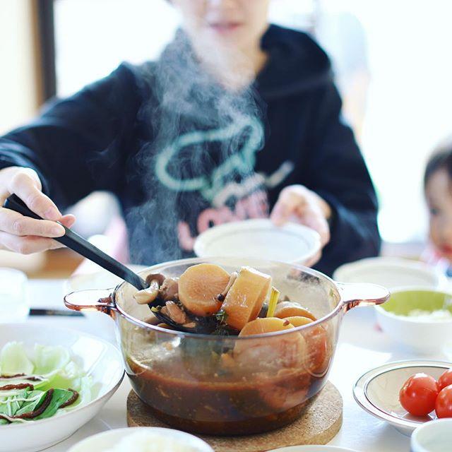 今日のお昼ご飯は鶏だし味噌おでん。大根が染みてて美味しい。第2弾の具も投入して半分は夜まで寝かせとこ。うまい! (Instagram)