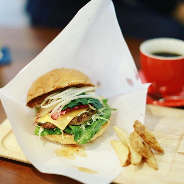 今日のお昼ご飯はcafe aohanaでハンバーガー&コーヒー。豆腐ハンバーグと7種の佐久島野菜のハンバーガー。野菜モリモリ。うまい!#オニマガ名古屋散歩 (Instagram)