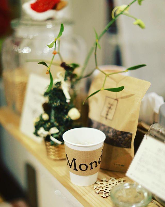 子どもと一緒にMondに野菜を買いに来てコーヒー休憩(子どもは牛乳)という金曜日の夕方。クリスマス気分。うまい!#オニマガ名古屋散歩 (Instagram)