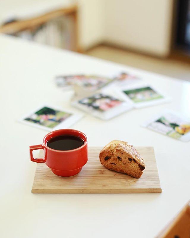 ハチカフェのシュトーレンスコーンでグッドモーニングコーヒー。最近、手網焙煎の勘を取り戻してきた感があるのでパッケージを試作中。楽しい。うまい! (Instagram)
