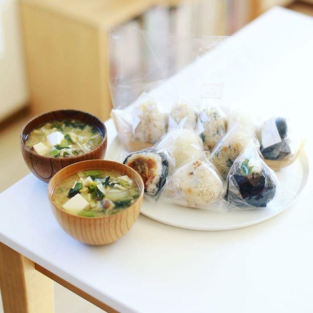 今日のお昼ご飯は #おにぎりやさん のおにぎりいろいろと野菜モリモリお味噌汁。ちょっとしたパーティー気分。うまい! (Instagram)