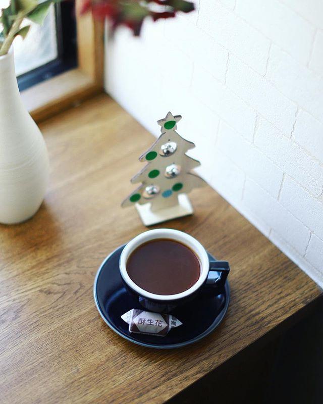 台湾のお土産にもらった酥生花でグッドモーニングコーヒー。コーヒーに合う!うまい! (Instagram)