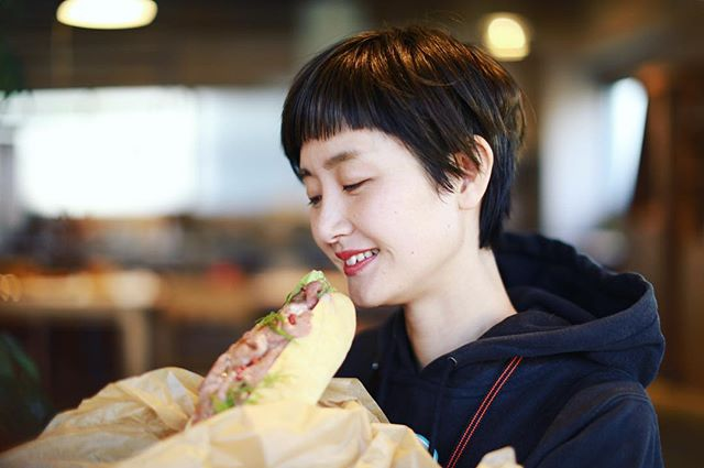 鶴舞の #ハチカフェ でサンドイッチとポテトとコーヒーをテイクアウトしてエイトタウンでお昼ごはん。野菜モッリモリ!うまい!#オニマガ名古屋散歩 (Instagram)