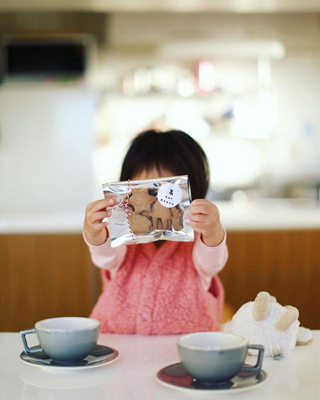 &EATのクリスマスなジンジャークッキーでグッドモーニングコーヒー。うまい! (Instagram)