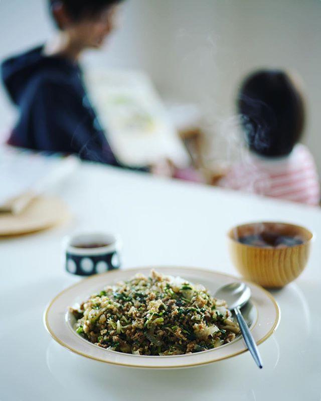 今日のお昼ご飯は、冷蔵庫の残り物野菜いろいろと豚挽肉のジンジャー炒めごはん、ラディッシュとわかめのお味噌汁。うまい! (Instagram)