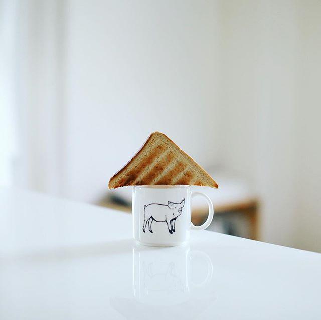 アンデルセンの長時間発酵全粒粉食パンでグッドモーニングコーヒー。これトーストすると美味しいなぁ。モチサク。うまい! (Instagram)