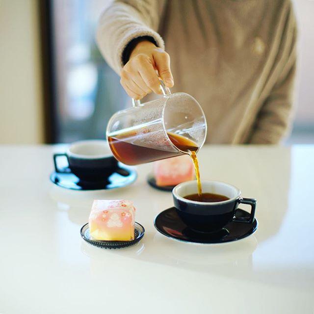 お土産にもらった養老軒のふるーつ大福でグッドモーニングコーヒー。我が子が起きてくる前にこっそり。うまい! (Instagram)