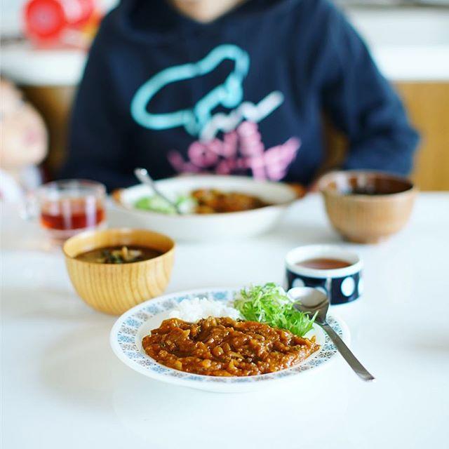 今日のお昼ご飯は、白ごはん.com レシピの牛すじカレー。の2日目に我が子のリクエストでしめじ追加。あと具沢山お味噌汁。うまい!#白ごはんドットコム (Instagram)