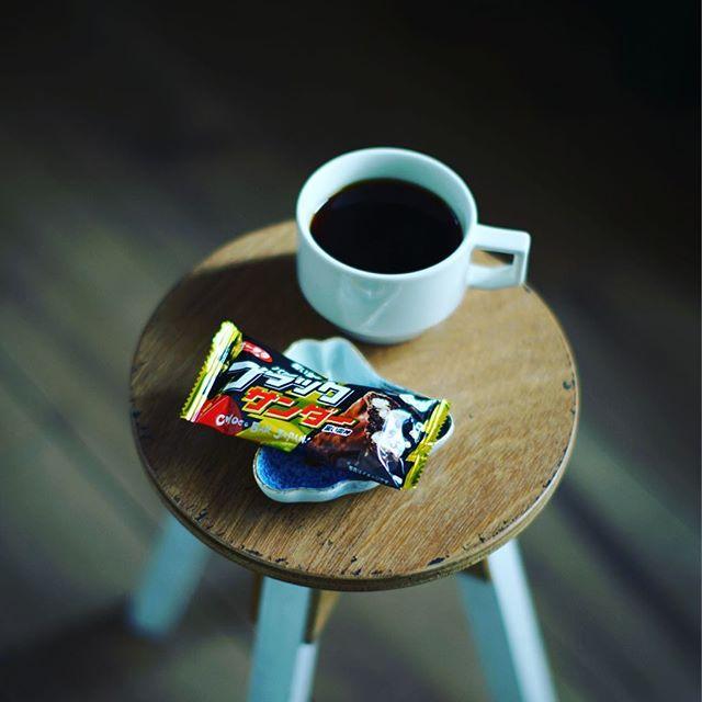 グッドモーニングコーヒー&ブラックサンダー。今日からコーヒー豆はミャンマーのSeizan/星山というやつの手網焙煎。うまい! (Instagram)