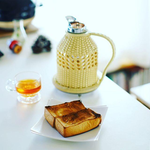 グッドモーニングルイボスティー&トースト。新しい魔法瓶(昔のだから古いけど)が導入されたのでいつでもあったかいやつグビグビ飲める、快適!うまい! (Instagram)
