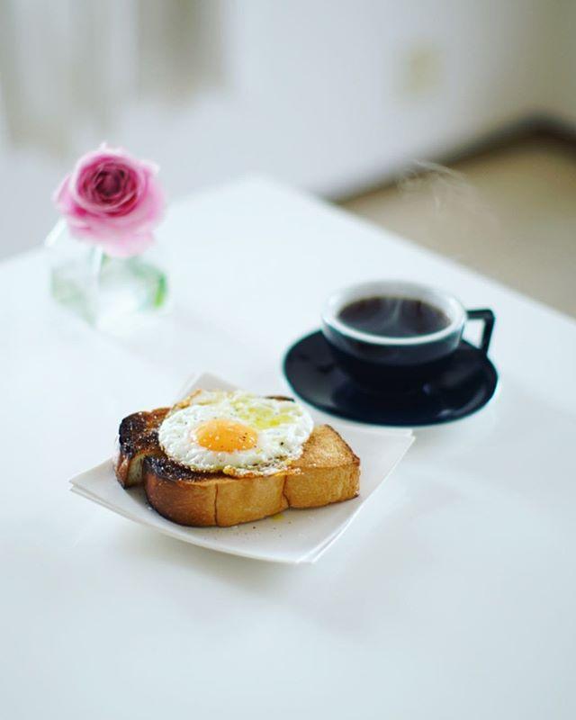 厚切り目玉焼きトーストでグッドモーニングコーヒー。うまい! (Instagram)