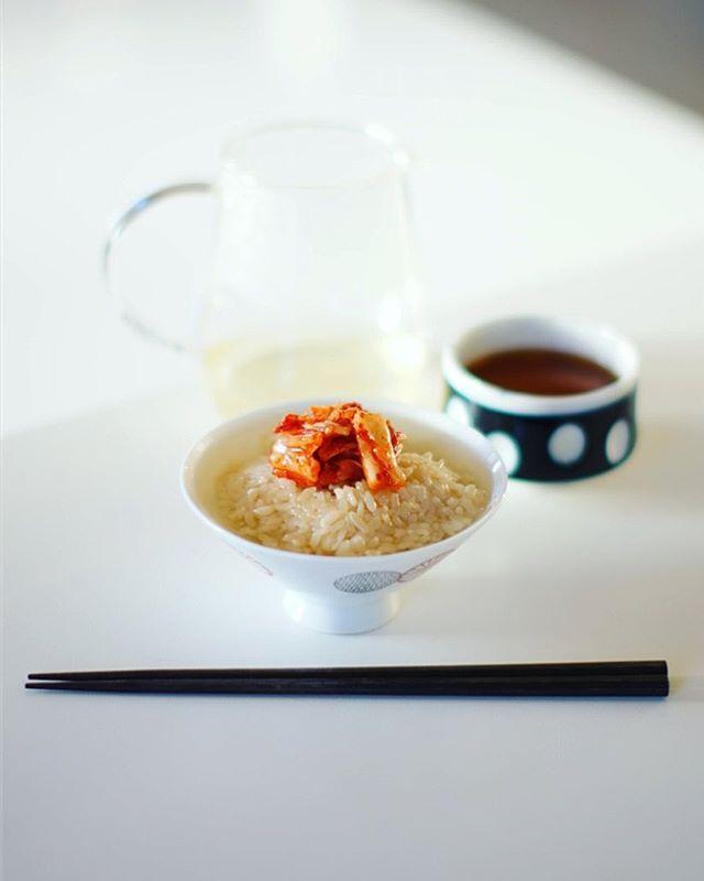 だし炊き込みご飯のだし茶漬けでグッドモーニング。近所の韓国料理屋さんのキムチのせ。うまい! (Instagram)