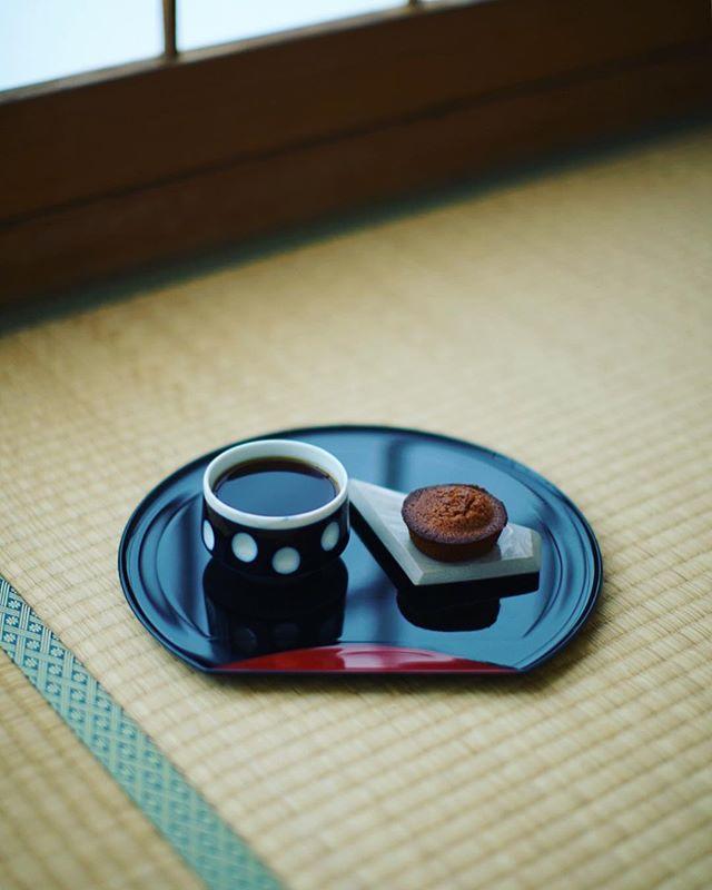 お土産にもらったSOUTH POOLのフィナンシェでグッドモーニングコーヒー。うまい! (Instagram)