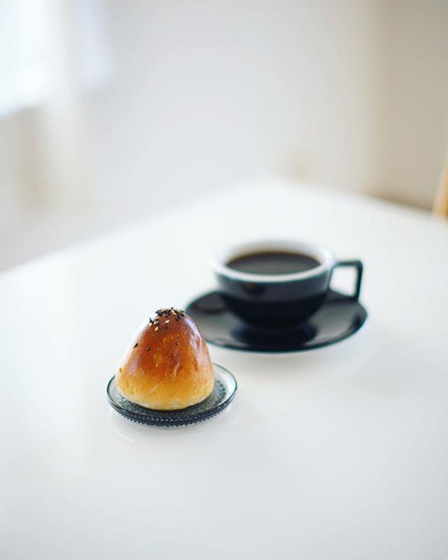Le Supremeのあんぱんでグッドモーニング。コーヒーは鎌倉のVERVEで買ってきたエチオピアHALO BERITI。うまい! (Instagram)