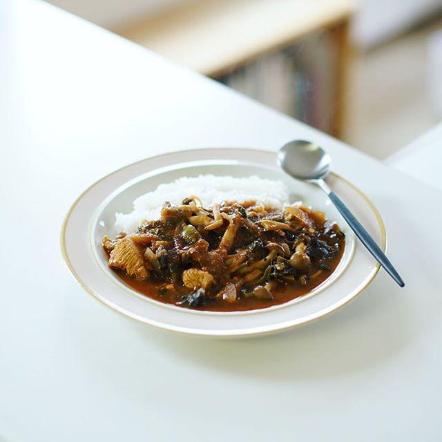 今日のお昼ご飯は、昆布締めチキンとキノコのトマトカレー。うまい! (Instagram)
