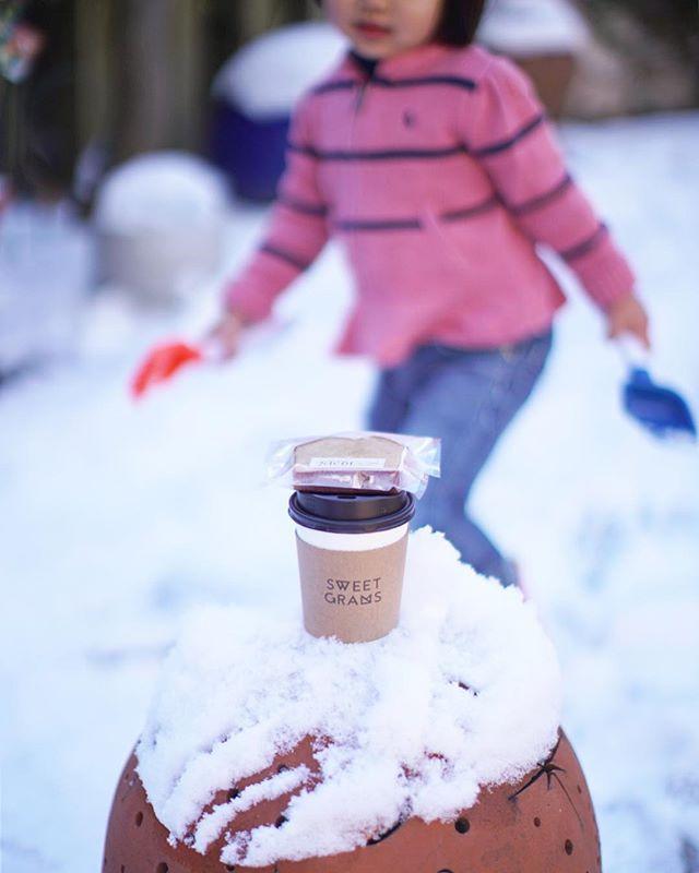 3時のおやつにSWEET GRAMSでカフェラテとNICOLのパウンドケーキをテイクアウトして、フラリエで子どもと雪遊び。うまい! (Instagram)