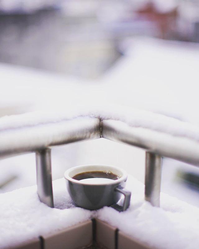 今日もベランダからグッドモーニングコーヒー。雪が降ったあとは空気が綺麗で外で飲むコーヒーがうまい! (Instagram)