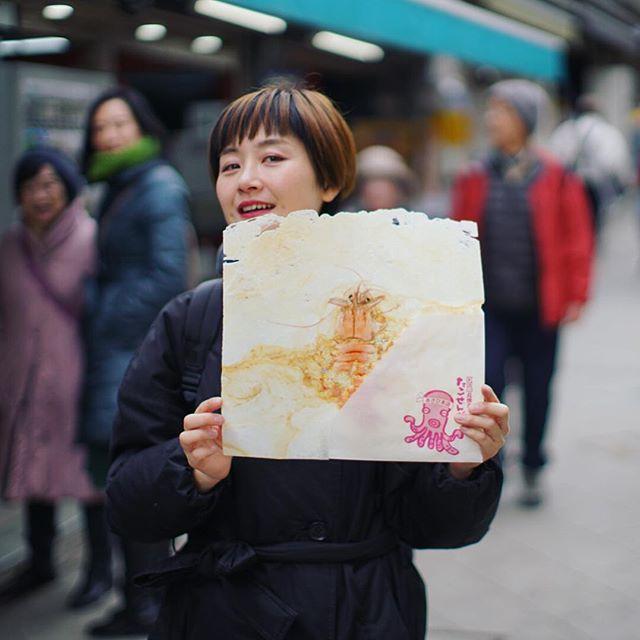 江ノ島でまるごと海老せんべい休憩。でかい!うまい! (Instagram)