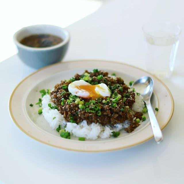 今日のお昼ご飯は、ごぼうの和風キーマカレー温玉のせ。OXYMORONレシピ。うまい! (Instagram)