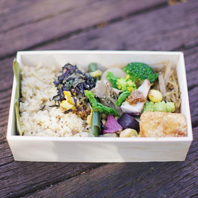 「食べるのこと、考える10の問い」のマーケットで買った中條順子さんのお弁当と、四月の魚のホットドッグとテリーヌサンドでお昼ごはん。うまい! (Instagram)