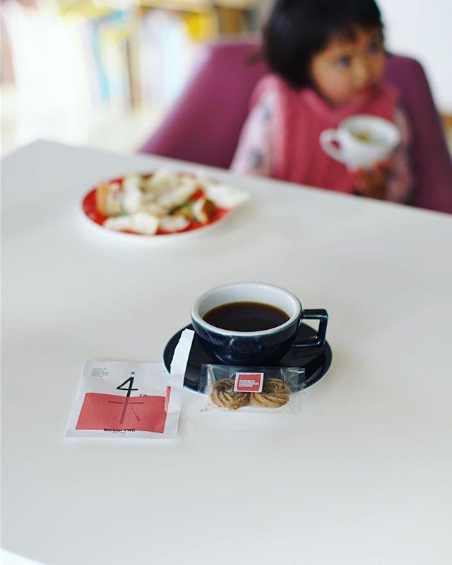 メゾンイーの4周年ブレンドとエスプレッソクッキーで朝寝坊のグッドモーニングコーヒー。うまい!#Maison YWE (Instagram)
