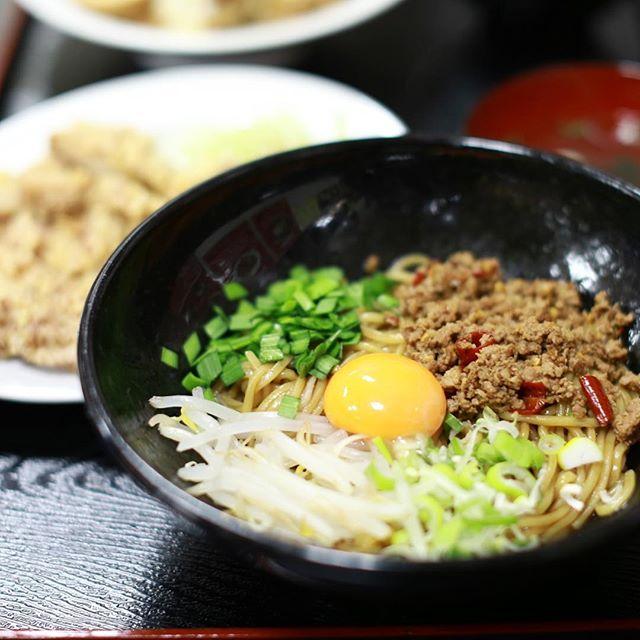 大須の台湾屋台SARIKAKAに台湾乾拌麺を食べに来たよ。おまけで台湾唐揚雞排ハーフ。うまい!#オニマガ名古屋散歩 (Instagram)