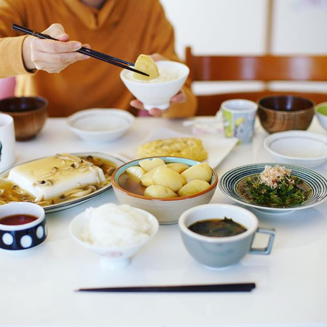 今日のお昼ご飯は、だしじゃが、だし餡かけ豆腐、小松菜のおひたし、だし巻き卵、ケールと蕪のお味噌汁、ごはん。今日は出汁三昧。うまい! (Instagram)