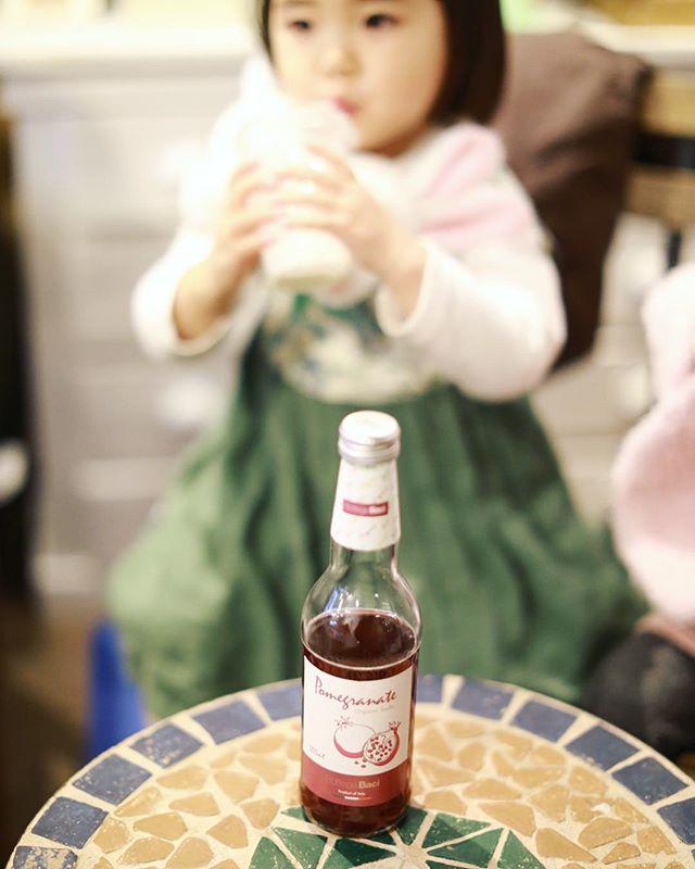 Mondで子どもと一緒にオーガニックザクロソーダ休憩。うまい! (Instagram)