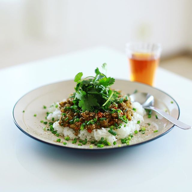 お昼ご飯に根菜コリコリの和風みそキーマカレーを作ったー。パクチートッピング。うまい! (Instagram)