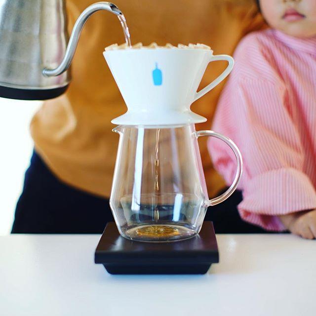 ブルーボトルのホンジュラス・ラス フローレス・クリストバル フェルナンデスでグッドモーニングコーヒー。ついでにドリッパーもブルーボトルのやつにしてみたー。このドリッパーがすごいのか竹製のオリジナルペーパーフィルターがすごいのか、美味しく淹れられる!うまい!-----#有田焼 #久保田稔製陶所 #久右ヱ門 #ブルーボトルコーヒードリッパー #bluebottlecoffee #ブルーボトルコーヒー #ドリッパー #コーヒードリッパー #pitchii #ピッチー #トーチ #コーヒーサーバー (Instagram)